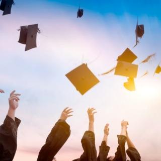 Absolventen mit fliegenden Hüten